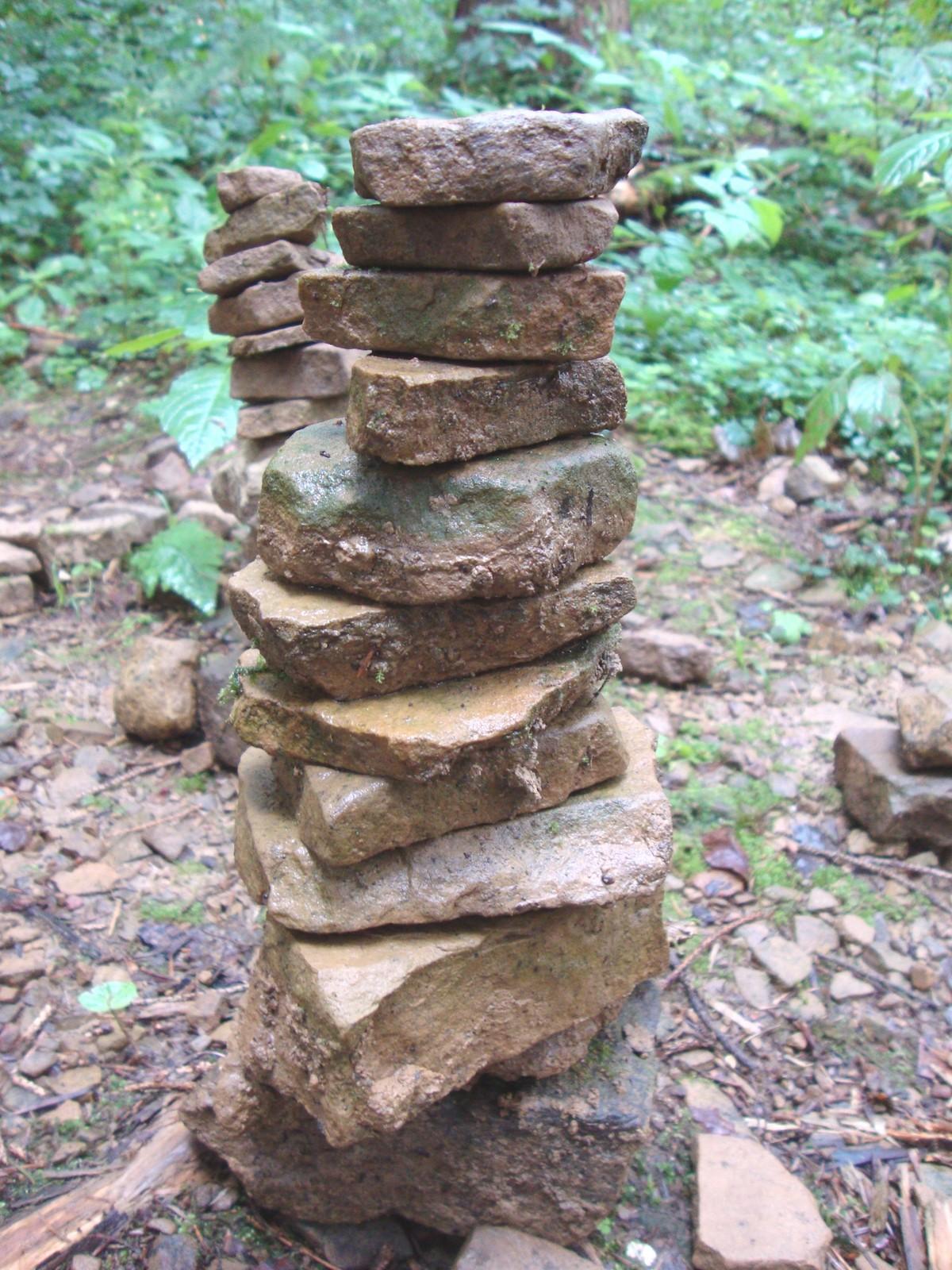 Turm aus Steinen: den Weg Weisen